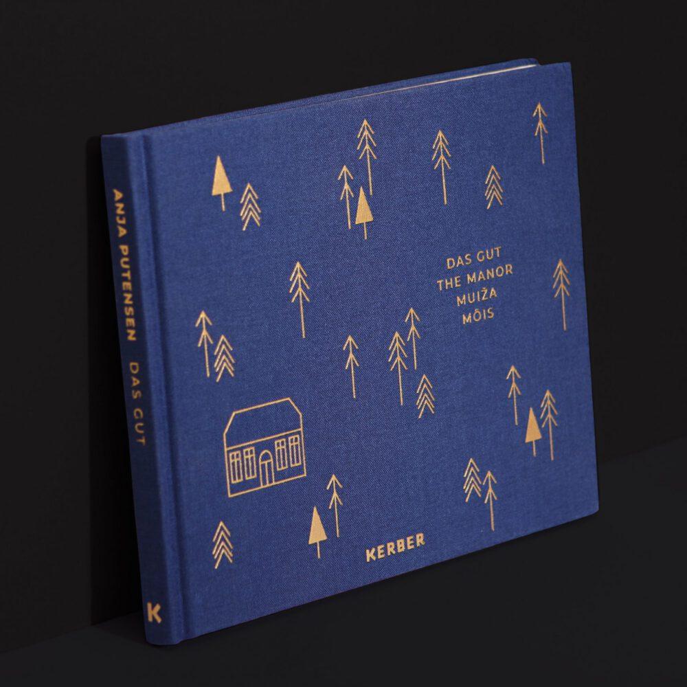 Fotobuch Das Gut Anja Putensen Leineneinband blau mit goldener Prägung Illustration